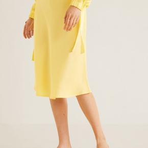 300 kr nypris  Stadig i indpakning  Gul satin nederdel med elastik i livet