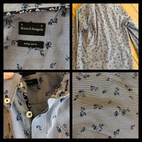 Rigtig fin skjorte fra Bruun & Steengade str 41. Synes den svarer til str M måske en lille Large.  Figursyet lækker kvalitet.  Vasket 2 gange og brugt 1 gang.  Måler over brystet 2 x 56 cm Indvendig ærmelængde fra armhule til håndled 55 cm  Længde fra skulder og ned 75 cm Porto 36 kr.  Prisen er fast.