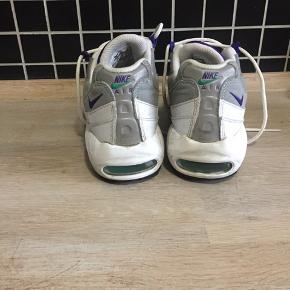 Sælger disse Nike air max 95. Rigtig fin stand, brugt nogle gange, men ikke mange.  Str. 42, men de er små i størrelsen, så vil nok sige, at de passer en str. 41 bedre.   Kan afhentes på Nørrebro. Kan også sendes, køber betaler porto.