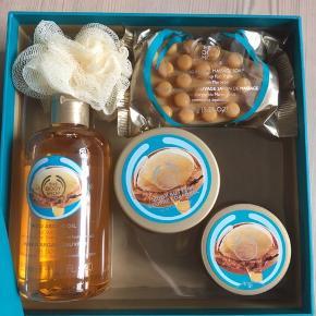 Sælger dette helt nye gavesæt med en masse produkter fra The Body Shop ☺️ Byd ❤️