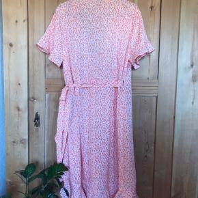 Rigtig fon slå-om kjole med fine kanter og i den flotteste sommerfarve. Den er deværre for stor til mig, så den er kun prøvet på og aldrig brugt.  100% polyester