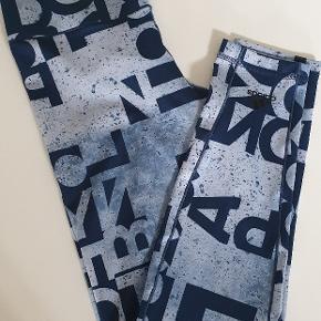 Lækre tights fra Adidas, blå og lyseblåt mønster. Brugt én gang, står helt som nye. Nypris var 450.
