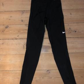 Sorte Nike tights med net struktur ved låret, næsten ikke brugt Ville sige de passer en XS-S