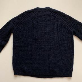 Munthe strik trøje i mørkeblå. Aldrig brugt! Materiale - 32% mohair, 28% uld, 40% nylon  Nyprisen var omkring 1700 kr.