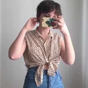 Lys skjorte med små blomster fra Zara Trafaluc. Stoffet er tyndt og blødt. Næsten ikke brugt. Størrelse L, men passes også af mindre størrelser. Jeg er en størrelse S.