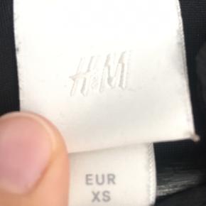 Fin kjole fra H&M, brugt en enkelt gang. Sælges da den er en smule for kort til mig.