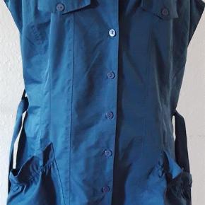 Varetype: Spencer fra Ofelia Farve: petrol blå Smart petrol blå spencer fra Ofelia. Lavet af 55% nylon og 45& polyester Aldrig brugt , er ny.  Brystmål - 108 cm  Længde målt bagfra - 98 cm