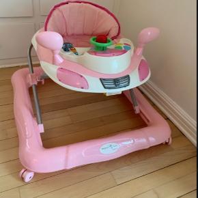 Rigtig fin gåvogn fra Basson. Vores datter har stort set ikke brugt den og den står derfor som ny. Har købt den i Babysam for 400 kr.