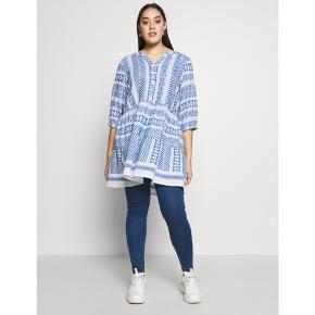 Super dejlig kjole tunika fra Zizzi. Købt for 549kr. Den er brugt et par gange og vasket 1 gang men fremstår som ny. Den er i str 46/48. Flot til leggins eller jeans.
