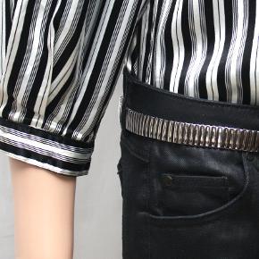 Imiterede skindbukser fra DAY Birger et Mikkelsen Bukserne ligner til forveksling skind, men det er bomuld, nylon og elastan. Kan vaskes ved 40 grader. Bukserne er typisk jeans style med fem lommer. Bag på benene er en 12 cm lang lynlås. Bukselængden er 94 cm. Skridtlængde 68 cm og talje 82 cm - lav talje.