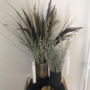 Tørret græs / planter.  20kr for den lille og 30kr for den store.