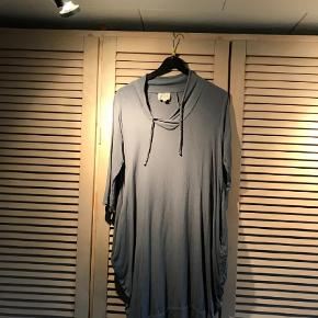 Varetype: kjole Farve: blålig  smuk Masai overdel/kjole.  brystomk. ac. 105 cm  læng.ca. 102 cm  BYTTER IKKE