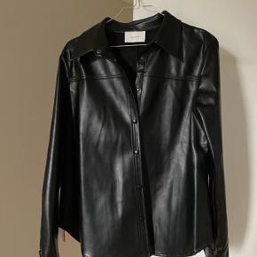 Fed faux læder skjorte fra Neo Noir. Kan bruges som skjorte eller åben som jakke til sensommer aftener. Brugt 1 gang.  Kan afhentes i Nivå eller sendes på købers regning