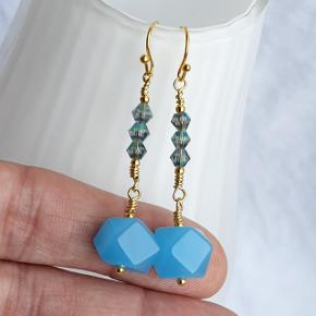 Festlige sommer øreringe med blå kvartssten og 🌞 perler. Fuld længde 4,8 cm Kroge er i forgyldt messing (nikkelfri). Æske kan tilkøbes for 5 kr. Kan også sende med sneglepost for 10 kr.