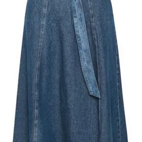 Fed Nederdel med bælte og lynlås i siden.