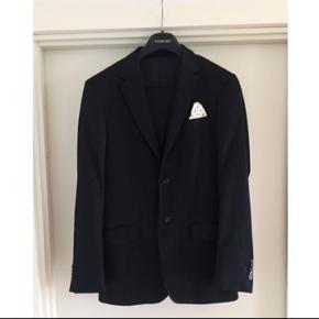 Sort Bertoni jakkesæt med fin facon og pasform Str. 52 Kun brugt ganske få gange! Nypris: 3500,- Mp. 700,-❗️