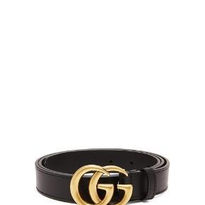 Gucci GG logo bælte i sort læder i str.95, bredte 3 cm. Bæltet er aldrig brugt - kun prøvet på i bukser. Nypris er 2525,-  Jeg bytter desværre ikke, respekter venligst dette.  Køber betaler gebyr ved ts handel (både sælger og køber gebyr) samt porto (37kr).
