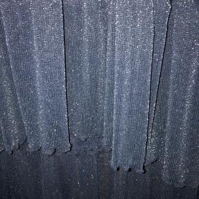 Meget flot nederdel. Glimmer stof. Falder rigtig flot.