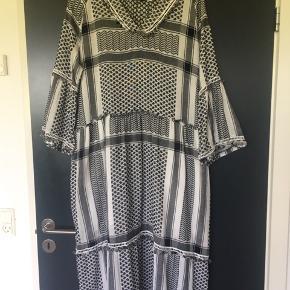 Dejlig kjole med lommer - passer flere størrelser