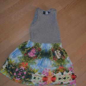 Varetype: kjoleStørrelse: 5-6år Farve: se foto Prisen angivet er inklusiv forsendelse.  de sødeste kjole