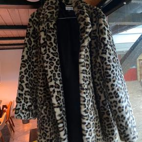 Calvin Klein fake fur jakke Så fin og lækker 😍 Nypris: 1800,- Nu: 350,- 🧡