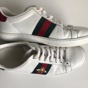 Jeg sælger mine Gucci-sko i str. 38 ved rette bud. De er passet meget på, men har selvfølgelig mærker bøjninger i læderet (som set på billederne) efter brug, hvilket ikke kan undgås.   Nypris: 3700,-  Kan sendes på købers regning eller afhentes i København.  Byd :-)
