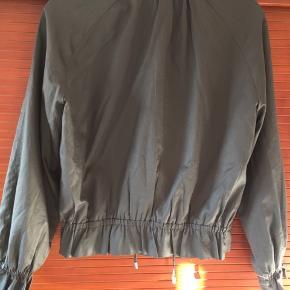 Brugt få gange som cardigan over kjole  Sidste billede rammer farven bedst BYD