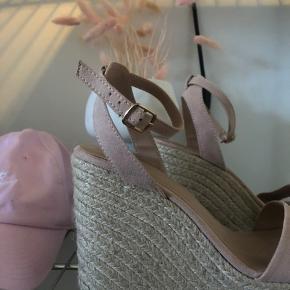 Fine sandaler med en kilehæl. Skoen er aldrig brugt, kun prøvet.