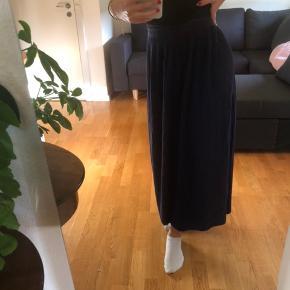 Vintage nederdel fra episode   Køb 3 af mine ting og få gratis fragt. Ellers ligges der 37kr oven i den pris som står:)