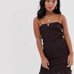Fin kjole fra River Island. Aldrig brugt. Er lidt lille i str., men er med stræk.