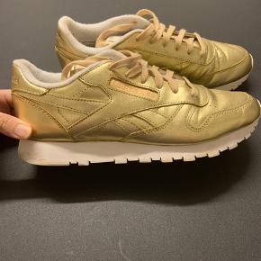 Reebok sneakers i guld.  Der står EU size 39, 25,5 cm i dem.  De er maks brugt tre gange.