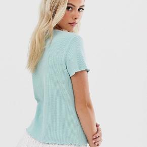Flot trøje fra Pimkie i en lyseblå/turkis farve mes 'bølgede' kanter i en størrelse M. Aldrig brugt og har stadig prismærke på. Sælger den, da det var et fejlkøb. Er åben for bud og flere billeder ☺️☀️