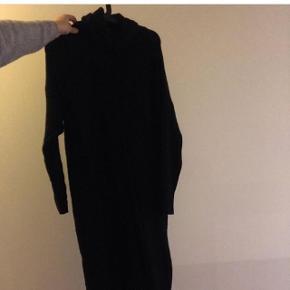 Brugt en enkelt gang, fra mærket freequent, lang strik agtig kjole, passer s/m,
