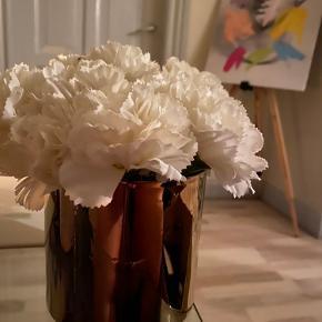 Guld vase fra Ikea fyldt med hvide blomster 'fake' 😊