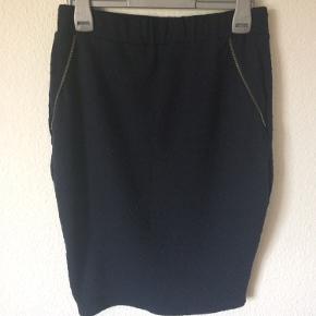 Nümph - nederdel Str. M Næsten som ny Farve: mørkeblå Lavet af: 95% polyester og 5% elasthan Mål: Livvidde: fra 70 cm til 104 cm hele vejen rundt (har elastik i livet) Længde: 61 cm Køber betaler Porto!  >ER ÅBEN FOR BUD<  •Se også mine andre annoncer•  BYTTER IKKE!