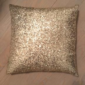2 stk guld puder i 32x32 cm. Incl pude. Begge for 50 kr