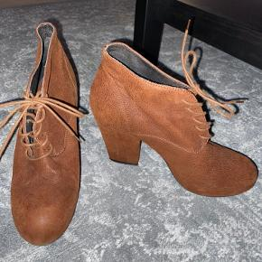 Beautiful special suede/ leather heeled shoes from Billi bi. VERY very comfortable!