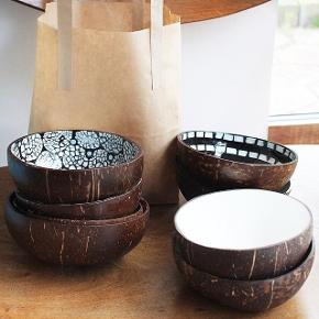 SolgtHandmade Kokosskåle med dekoration indvendigt. De er 100% naturlige, økologiske, håndlavet, miljøvenlige og bæredygtige. 🌿 75,- DK stykket. Perfekte julegaveønske og flotte at lave smoothie bowls i! De er sundhedsmæssige at spise af. 🥥 Hvis det lyster, så tjek min insta ud @coconutdishart, hvis du ønsker at se mere! ♥️