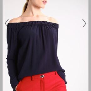 Sælger denne off shoulder top fra Samsøe Samsøe. Det er en størrelse xsmall og nypris er 400 kr. Brugt meget få gange🌸  Kan sendes på købers regning.