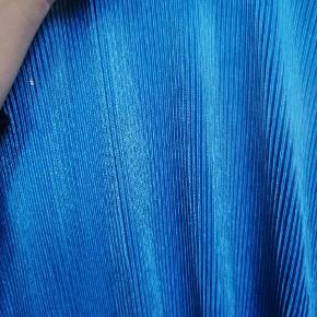 Smuk bluse med dyb udskæring 🌬️ Sælges hvis rette bud kommer!