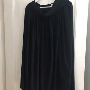 Det er en kjole, men jeg har brugt den som nederdel, da man bare kan stramme den i livet som det passer.  Det er en størrelse medium, men jeg har selv brugt den og er en xs ☺️