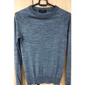 Lækker mørk gråmeleret bluse i uld. Det er en tynd strik. Kun brugt en enkelt gang.