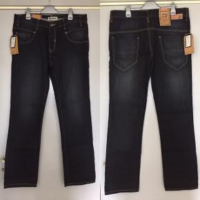 Shine Fashion jeans i black berry farve / color.  Size / Str. 34/34.  Helt ny med prismærke. Købt for 2 måneder siden for 500 kr. og kom aldrig i brug.   Sendes gerne.   OBS: Flytter snart til en anden by! Først til mølle, hvis man er fra Århus og selv vil afhente. Kan afhentes i Århus. V