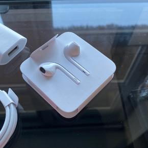 Apple EarPods helt nye, aldrig taget ud. Sælges, da jeg ikke får dem brugt. Bare byd