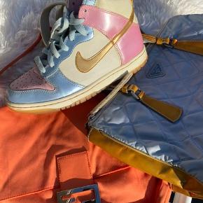Nike dunks i en super flot farve kombination, en rigtig eftertragtet sko som er super flot til mange outfits