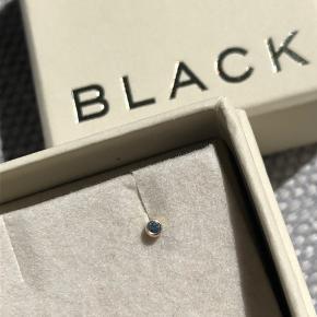 """Maria Black piercing med en blå topas. OBS den lille af dem """"small dot"""". Måler 1mm diameter og 5 mm i længde.   God til piercinger man ikke skifter hver dag (labret)   Sender kun med DAO. Køber betaler fragt eller kan afhentes på Nørrebro."""