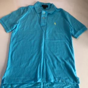 Varetype: T-shirt Størrelse: 10-12 år Farve: Turkis Oprindelig købspris: 450 kr.  Helt ny polo i flot lys turkis farve. Farven er flottere i virkeligheden    Bytter ikke og prisen er fast