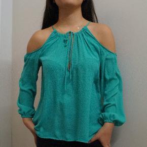 """Grøn turkis bluse med """"cold shoulder"""" i str. 34 fra H&M"""