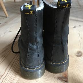 Super fede støvler, som desværre blev købt i forkert størrelse. Er kun blevet gået med 1 gang. Kostede 1200 kr fra nypris. Er perfekte til vinterstøvler, da der er for i.