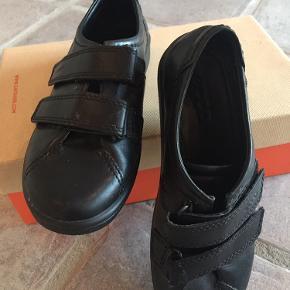 Sorte Ecco sko med velcro brugt meget få gange - str 37 men er lille i størrelsen. Ikke pudset endnu flot sort i farven .